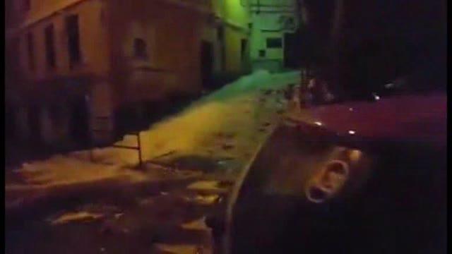 """Video: Genova sempre più come l'Islanda: nuovo """"geiser"""" in Salita Angeli"""