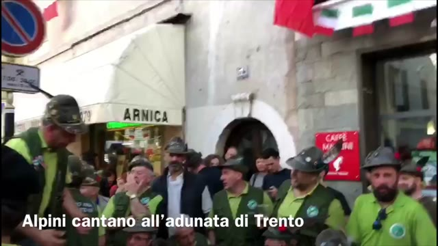 Video: Alpini cantano all'adunata nazionale di Trento