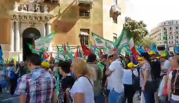 Mense, turismo, pulizie: via Roma bloccata dai lavoratori in sciopero