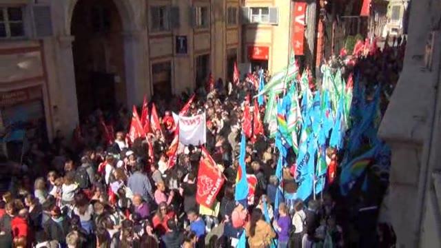 Video: Turismo, mense e servizi: centinaia in piazza a Genova
