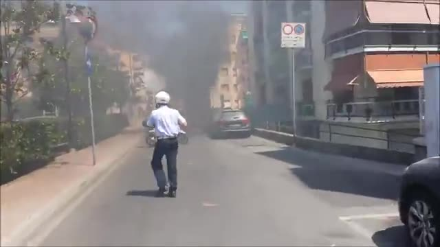 Video: Loano, auto prende fuoco in via Manzoni