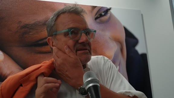 """Oliviero Toscani presenta la mostra """"Ladro di felicità"""""""