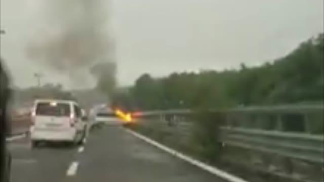 Video: Auto in fiamme sulla superstrada 336
