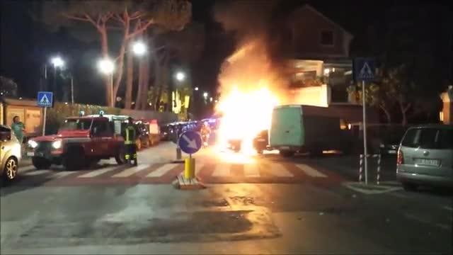 Video: Raid incendiario a Loano: cinque auto a fuoco in poche ore