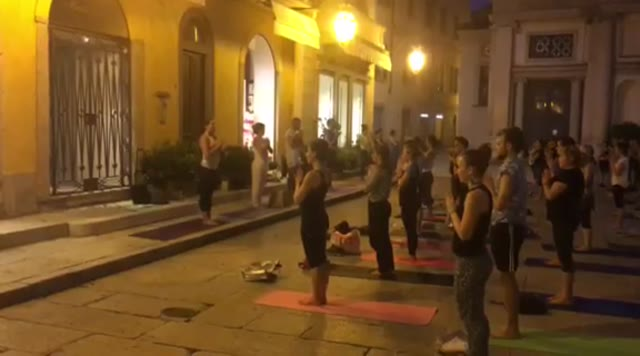 Video: Yoga in piazza a Varese